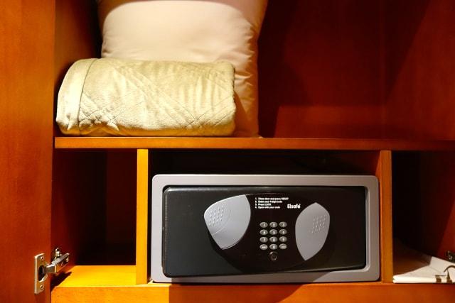 2017-12-25_hotel-room-safe-1.jpg