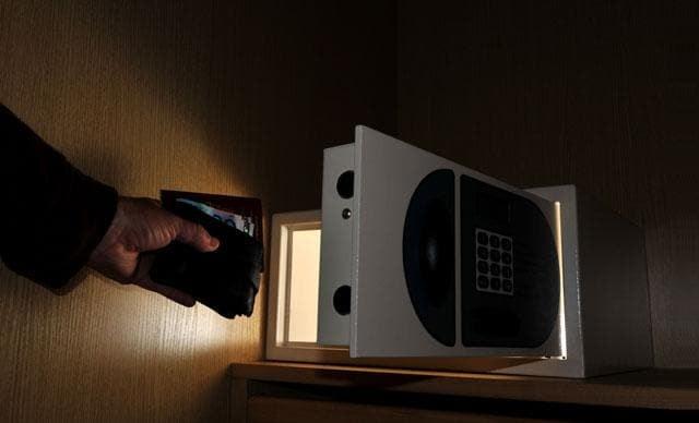 2017-12-25_hotel-room-safe-5.jpg